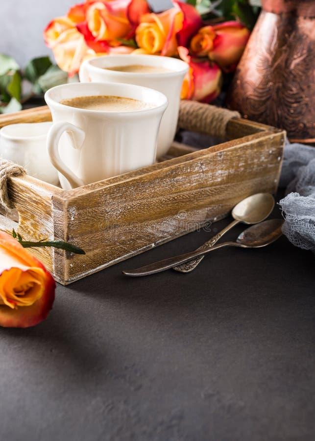 Tasse de café dans le plateau en bois de vintage images libres de droits