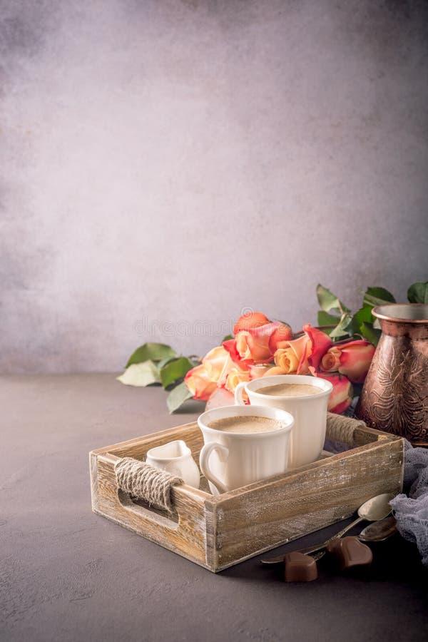 Tasse de café dans le plateau en bois de vintage photographie stock