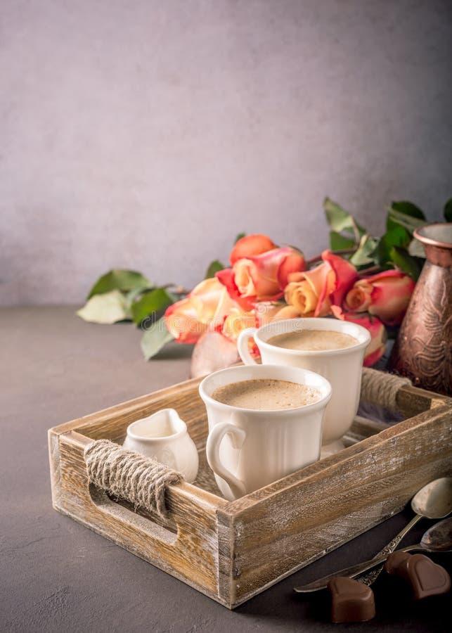 Tasse de café dans le plateau en bois de vintage images stock