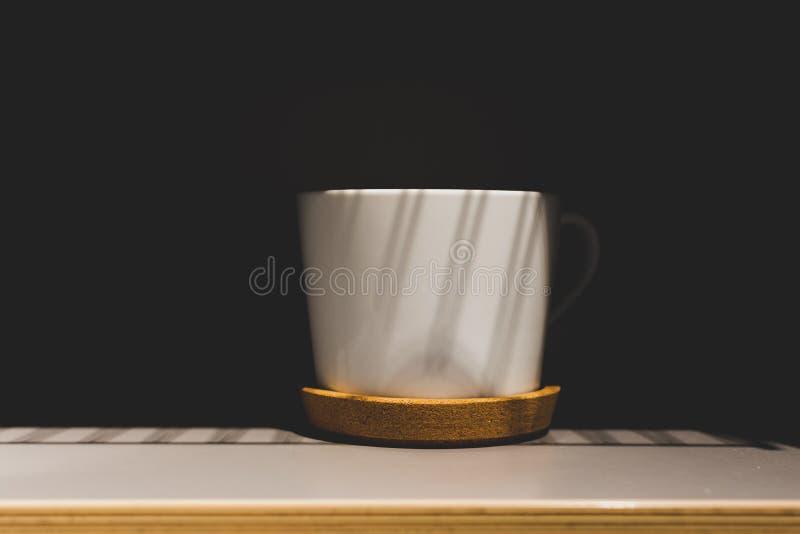 Tasse de café dans les shaodows images stock