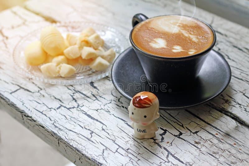 Tasse de café de cappuccino et de biscuit thaïlandais avec la réflexion des WI image libre de droits