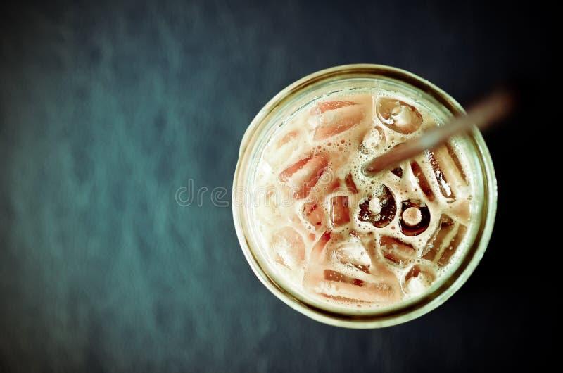 Tasse de café de glace sur la table en cuir grunge image stock