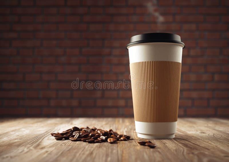 Tasse de café de papier avec des grains de café images libres de droits