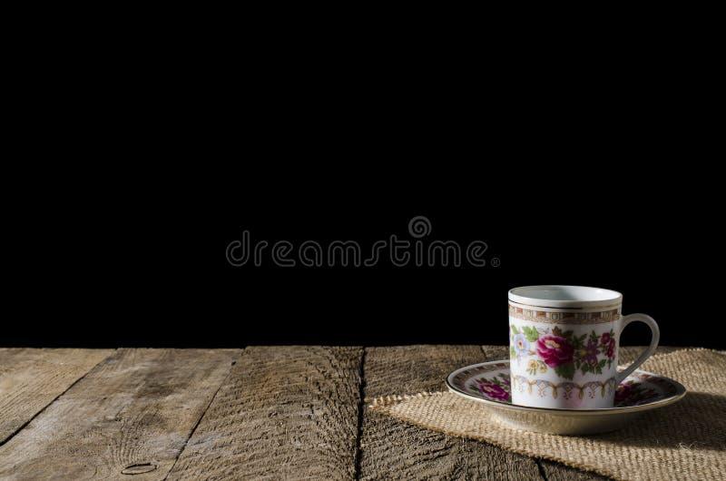 Tasse de café de porcelaine sur la table en bois photo stock