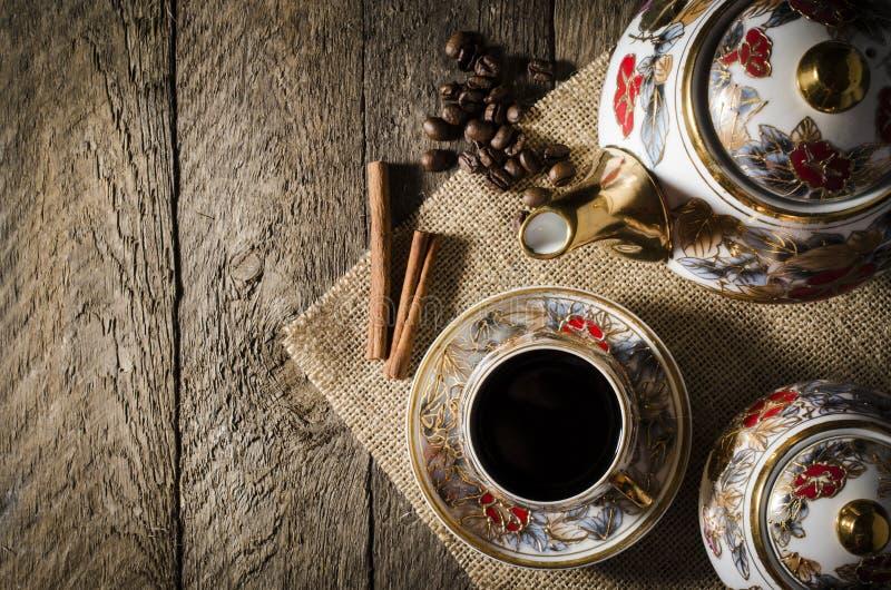 Tasse de café de porcelaine sur la table en bois image libre de droits