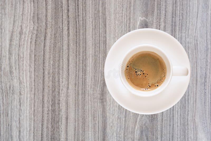 Tasse de café de vue supérieure sur la texture en bois de nature photo libre de droits