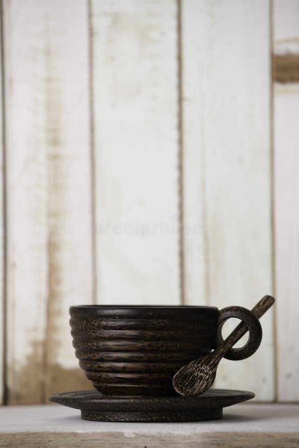 Tasse de café en bois sur le rétro fond grunge de table images libres de droits