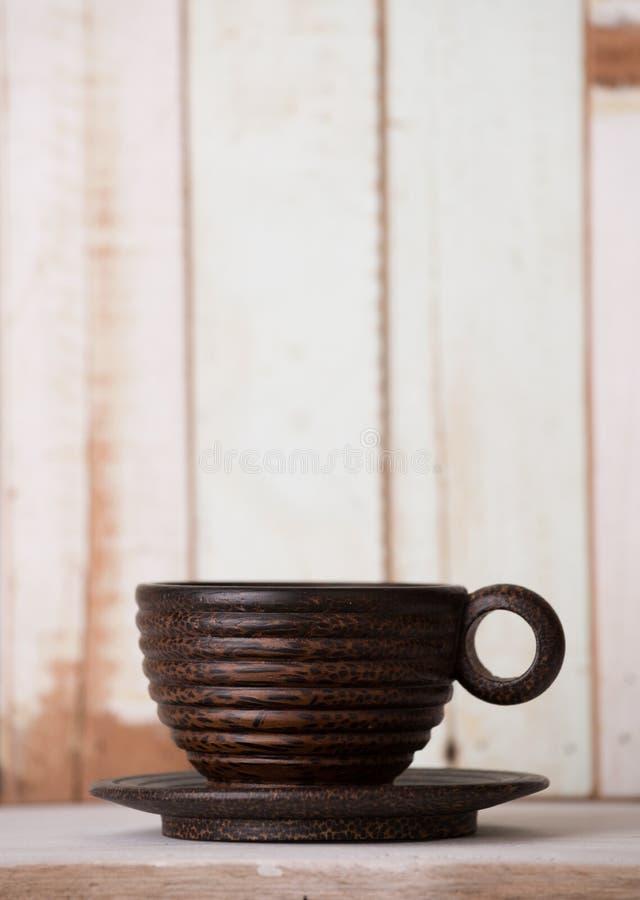Tasse de café en bois sur le rétro fond grunge de table image stock