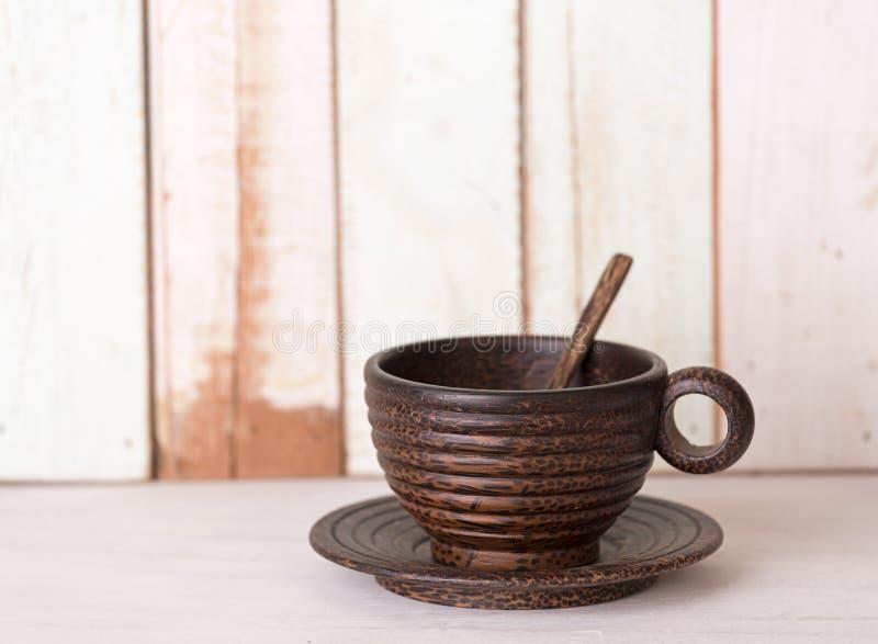 Tasse de café en bois sur le rétro fond grunge de table photos libres de droits
