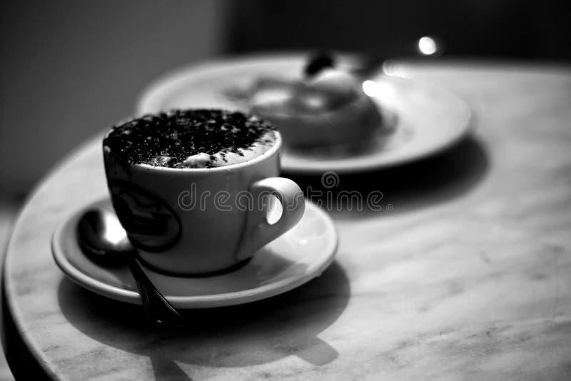 Tasse de café en noir et blanc images libres de droits