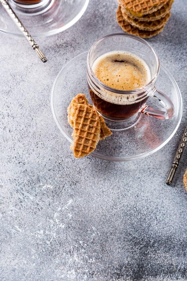 Tasse de café en verre avec des biscuits d'amaretti image libre de droits