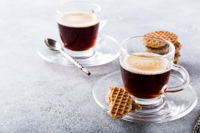 Tasse de café en verre avec des biscuits d'amaretti photos libres de droits