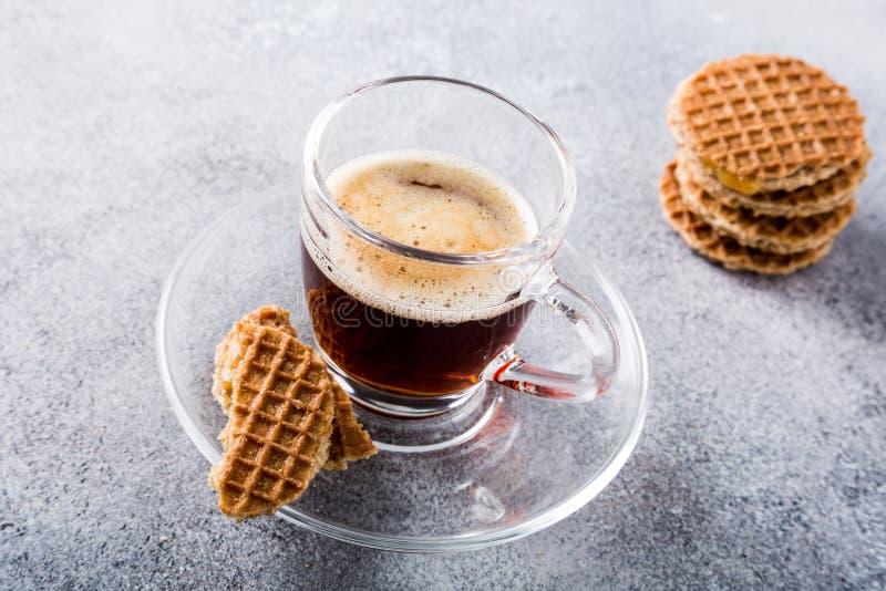 Tasse de café en verre avec des biscuits d'amaretti photographie stock