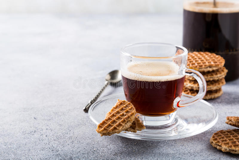 Tasse de café en verre avec des biscuits de syrupwaffles photo libre de droits