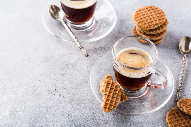Tasse de café en verre avec des biscuits de syrupwaffles photos stock