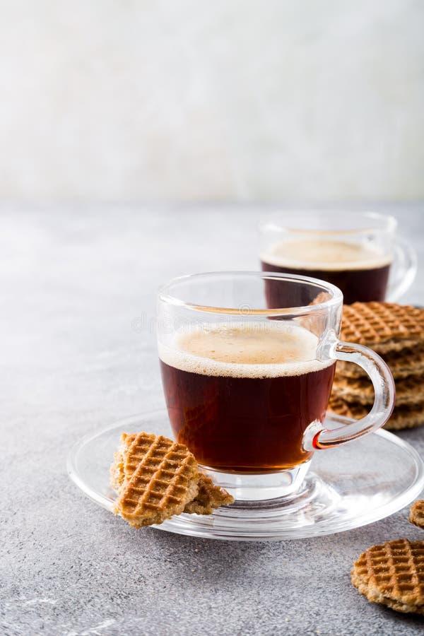 Tasse de café en verre avec des biscuits de syrupwaffles image stock