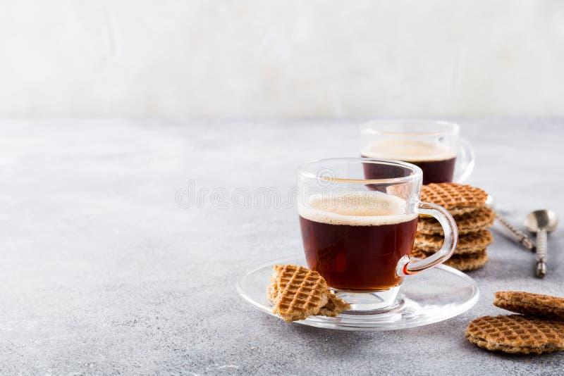 Tasse de café en verre avec des biscuits de syrupwaffles images stock