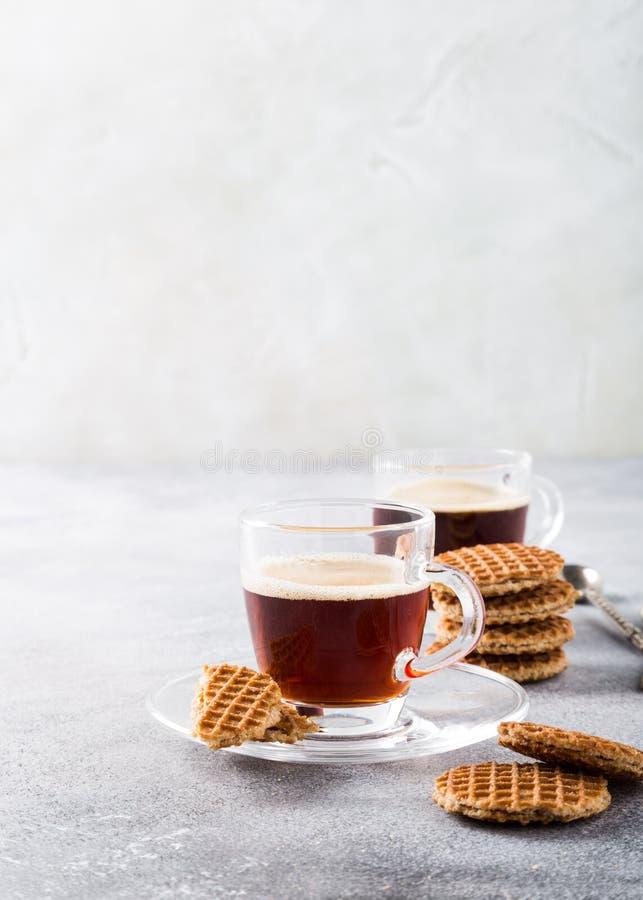 Tasse de café en verre avec des biscuits de syrupwaffles photo stock