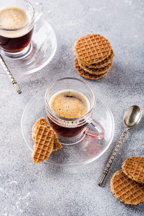 Tasse de café en verre avec des biscuits de syrupwaffles photographie stock