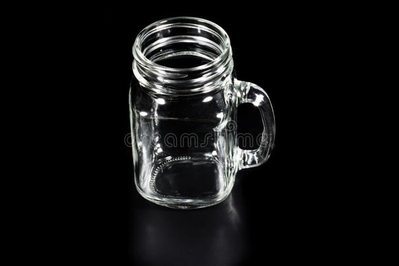 Tasse de café en verre vide sur le fond noir photo stock