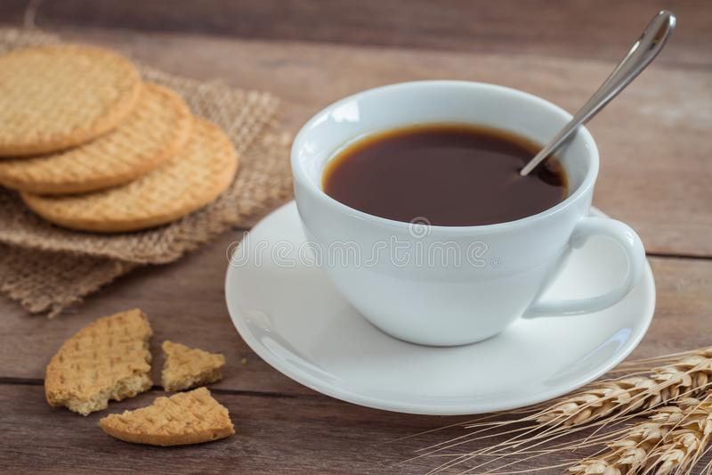 Tasse de café et de biscuits sur la table en bois photos libres de droits