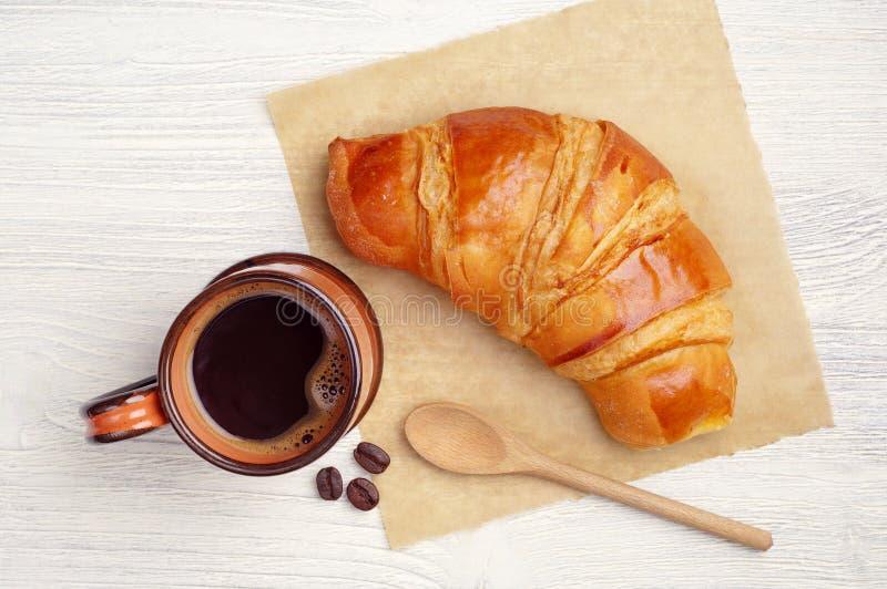 Tasse de café et croissant photos stock
