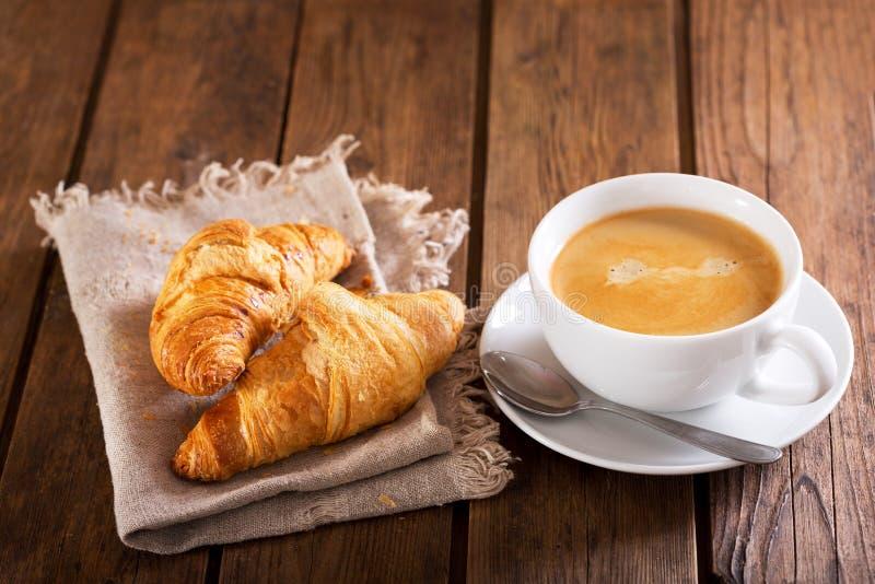 Tasse de café et de croissants image libre de droits