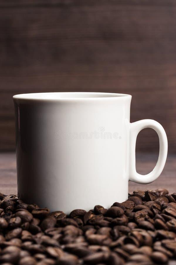Tasse de café et d'haricots sur le fond en bois brun photos libres de droits