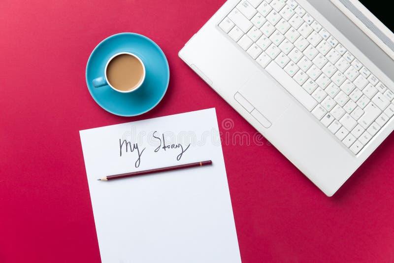 Tasse de café et d'ordinateur avec le papier et le crayon images stock