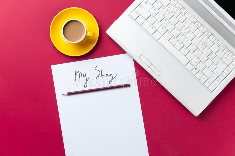 Tasse de café et d'ordinateur avec le papier et le crayon image libre de droits