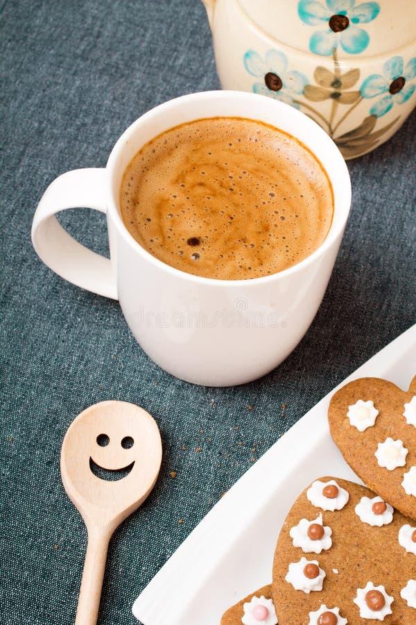 Tasse de café et de biscuit en forme de coeur photos stock