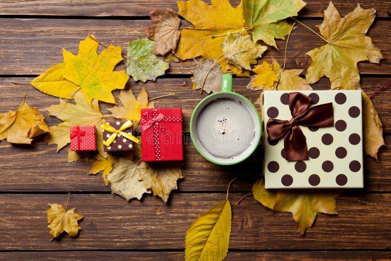 Tasse de café et de cadeaux photographie stock libre de droits