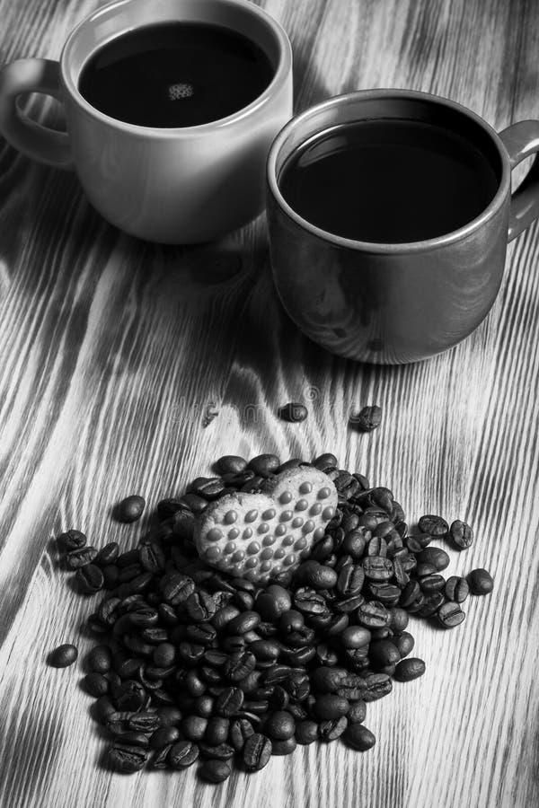 Tasse de café et de grains de café sur la table en bois pour le fond S images libres de droits