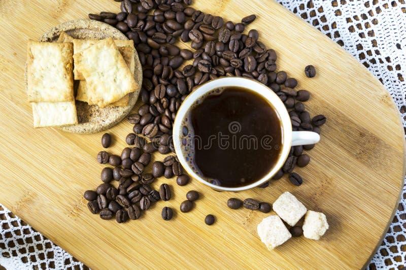 Tasse de café et de haricots sur un bureau images stock