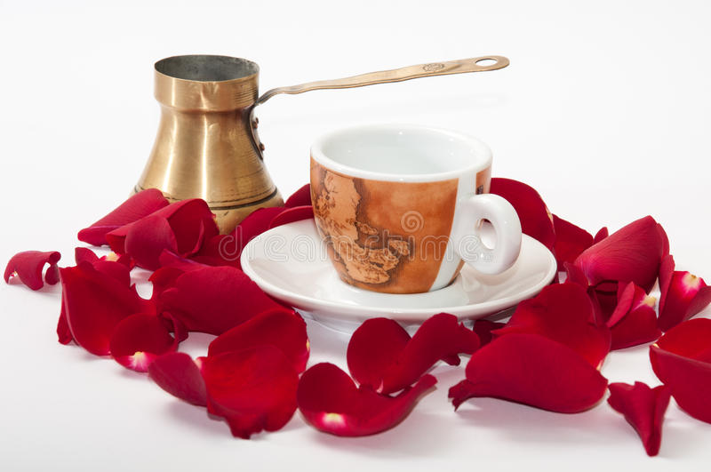 Tasse de café et de pétales de rose rouges au-dessus du fond blanc photos libres de droits