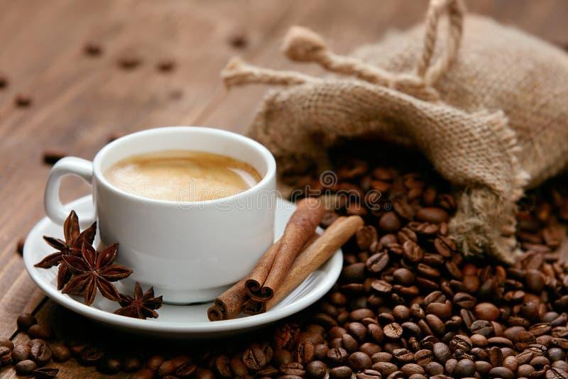 Tasse de café et de grains de café sur la table photographie stock libre de droits