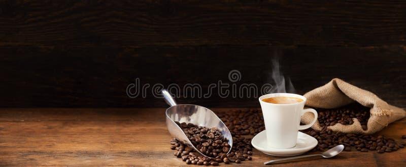 Tasse de café et de grains de café images stock