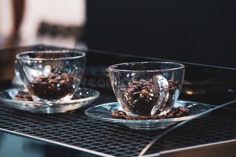 Tasse de café et grains de café, grains de café tombant dans la tasse de café photographie stock libre de droits