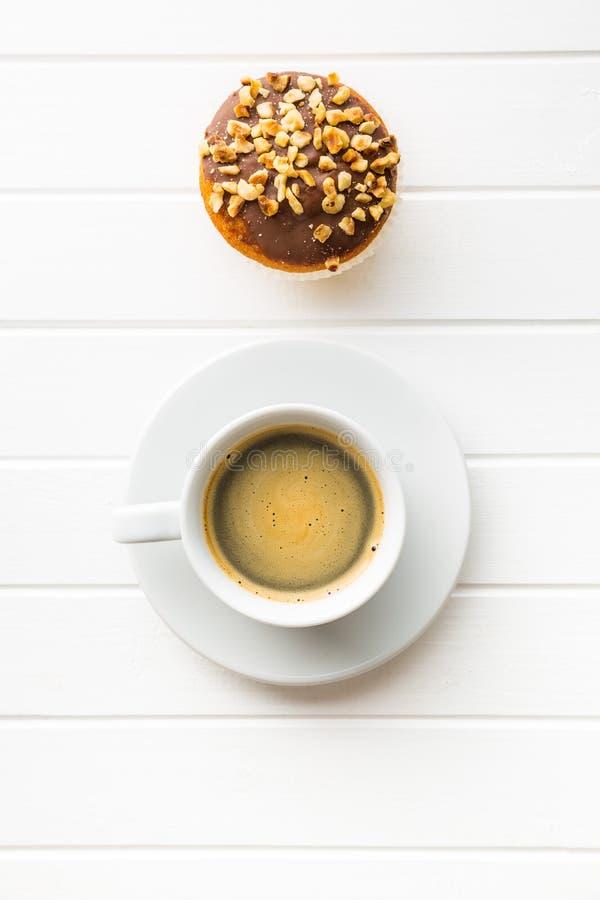 Tasse de café et petit pain de noisette images libres de droits