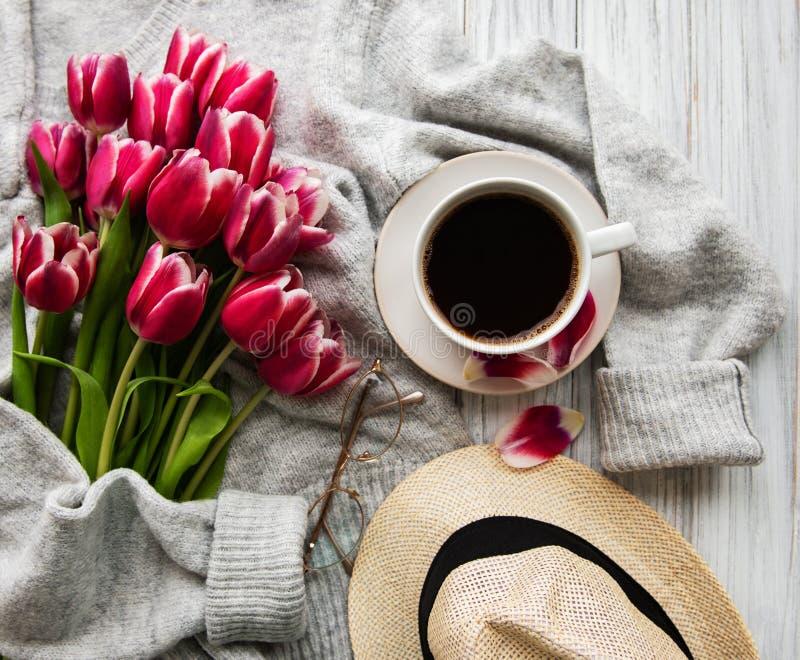 Tasse de café et de tulipes roses photos libres de droits