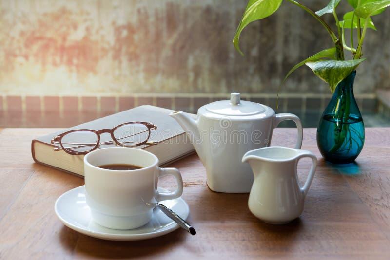 Tasse de café et de verres sur le readbook sur la table en bois images stock