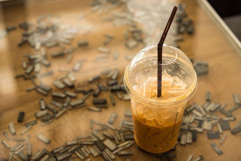Tasse de café froide placée sur une table en verre thailand photos libres de droits