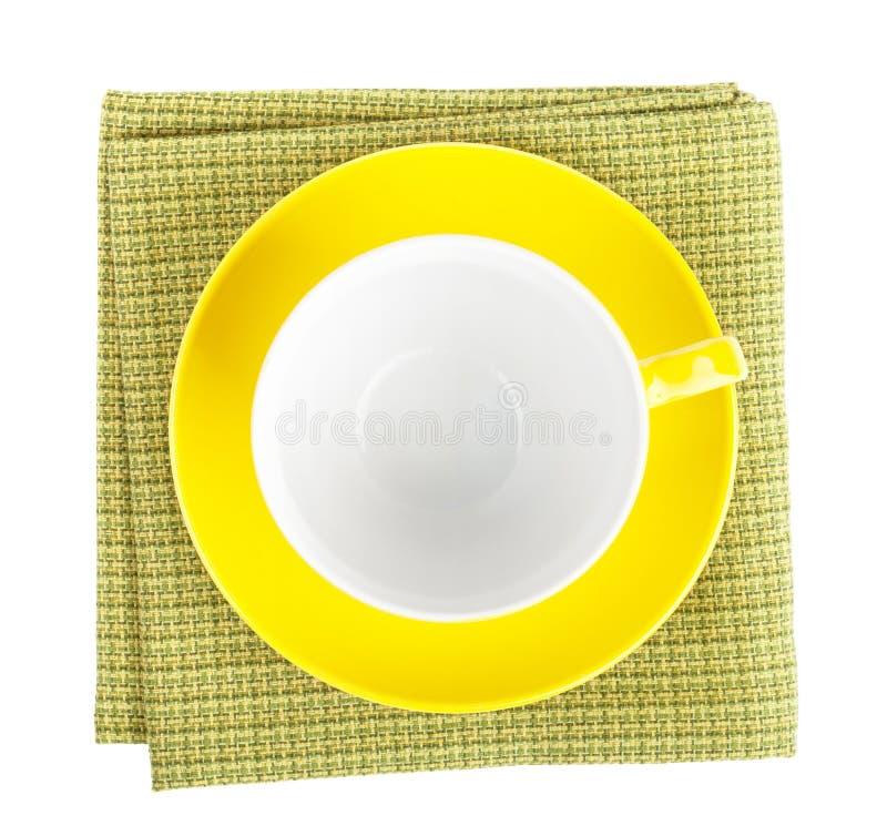 Tasse de café jaune au-dessus de serviette de cuisine photos stock