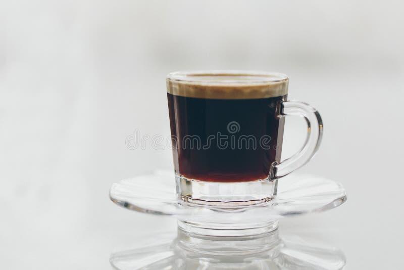 Tasse de café noir écumeux délicieux d'expresso photos stock