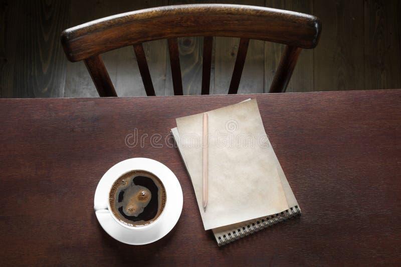Tasse de café noir avec la note et de crayon sur travailler la table en bois Style de vintage et vue supérieure Croissant doux et photo libre de droits