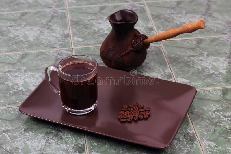 Tasse de café noir d'un plat à côté du navire pour brasser la Co images libres de droits