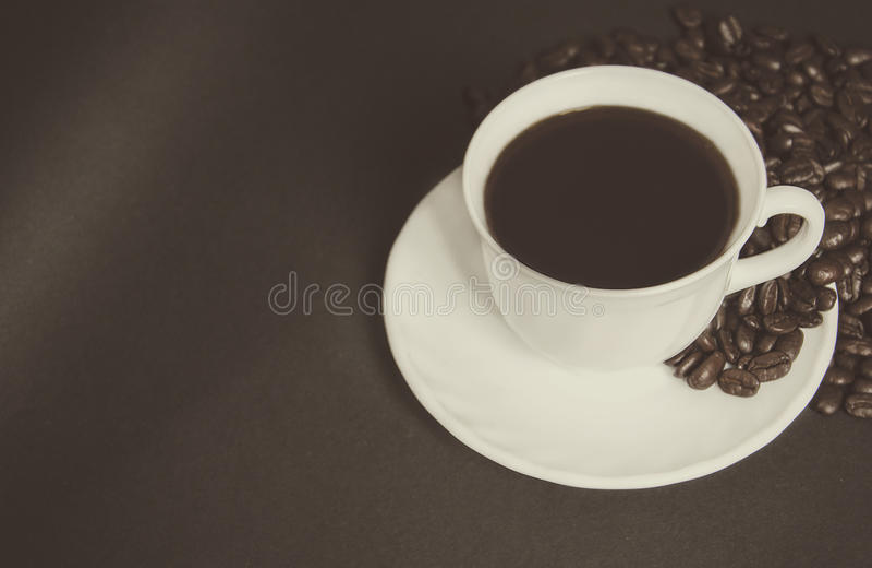 Tasse de café noir et de grains de café photo libre de droits