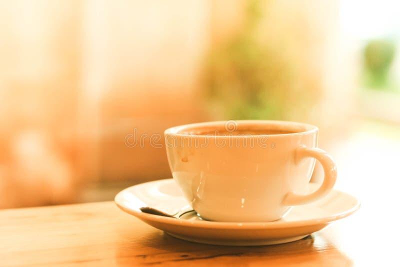 Tasse de café noir sur la table en bois images stock