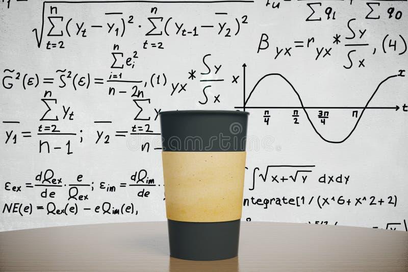 Tasse de café noire sur la table en bois avec le fond d'équation images libres de droits