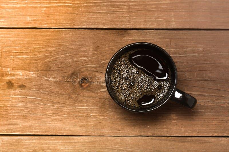 Tasse de café noire sur la vieille table en bois toned photo libre de droits